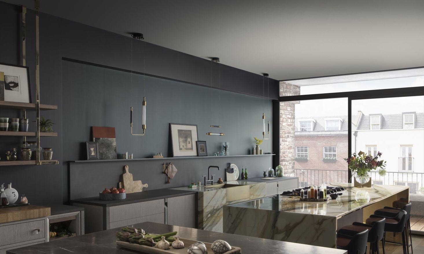 豪华的欧式厨房系统,嵌入式餐具柜可以存放熟食
