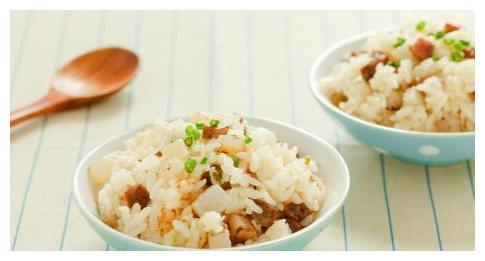 一碗玉米粒,一根小腊肠,只需四步,就可以做出美味的腊肠饭!