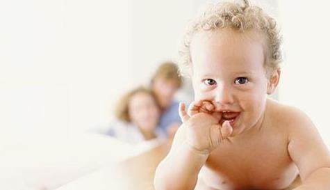 小宝宝爱吮吸拇指,是缺奶、还是缺锌,需要纠正吗?