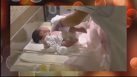 刚出生的小宝宝护士第一次给他穿衣服宝宝的反应萌一脸
