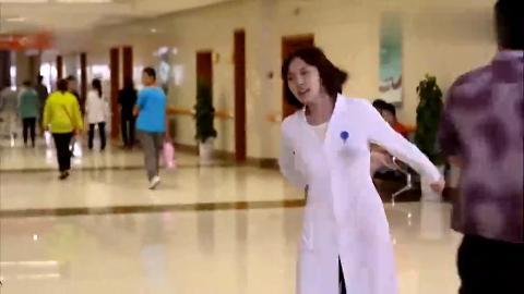 急诊女医生带着实习医生工作女医生只顾工作实习生累趴都不知道