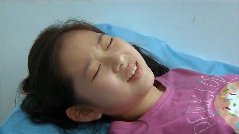孩奴:小女孩不想上学,竟然在医生面前装病