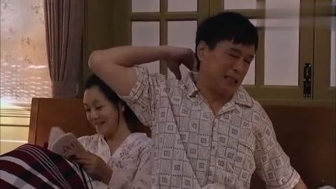老夫妻的日常生活,老公背部痒让媳妇挠挠,两人对话太搞笑了