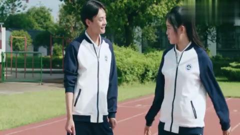 林静晓被人绊倒,陆杨担心不已直接抱起,不料没抱起来尴尬了