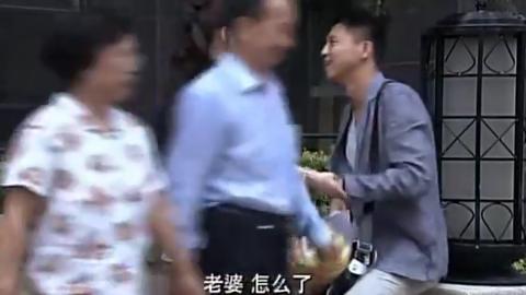 李小璐老公为博得丈母娘喜欢,在家楼下练习北京话,场面逗趣!