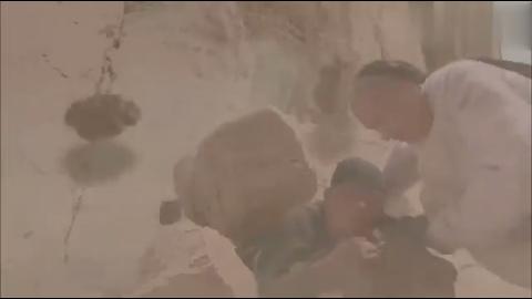 四阿哥经历了山体崩塌,回朝向皇上建议募捐,而且还把太子坑了