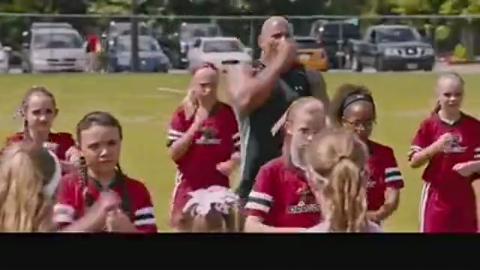 道恩·强森和女生的足球开场舞, 场外的妈妈粉全都是他的小迷妹
