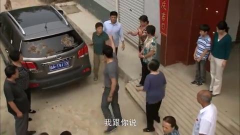 暴发户买新车遭报复,指着村长鼻头一顿乱骂,谁料遭全村人围攻!
