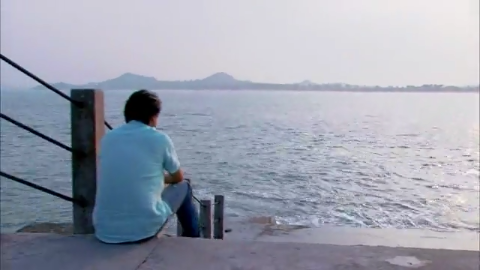 青春无极限:总裁在海边静坐,灰姑娘上前陪伴,真甜