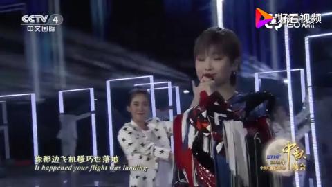 李宇春演唱《下个路口见》彩色流苏亮片外套造型好好看