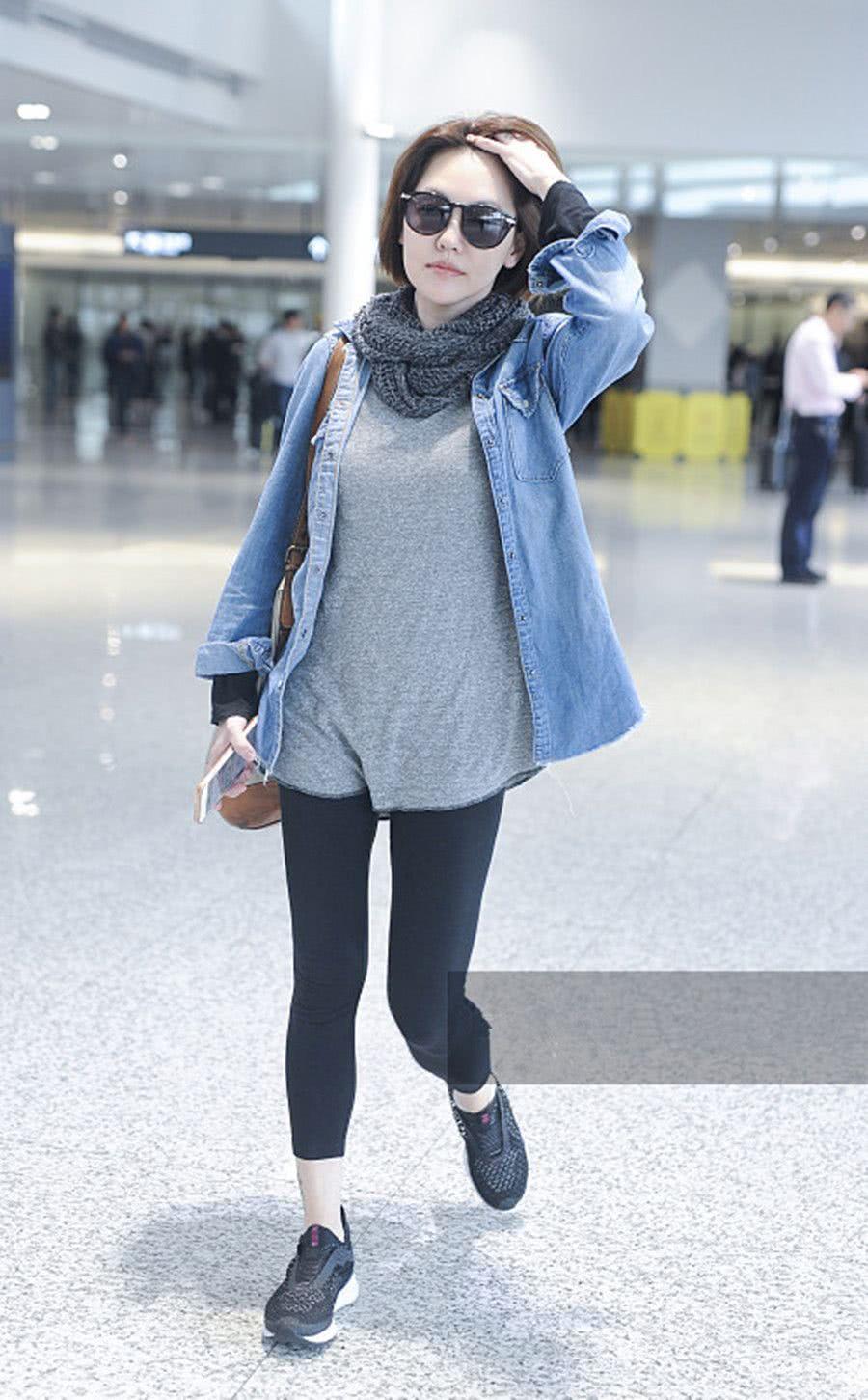 小S穿牛仔外套配黑色运动裤现身 打扮低调随性遛机场星味十足