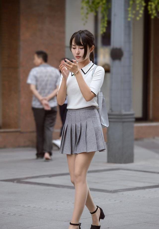 街拍:图1娇小可爱的短裙美女,一张年轻漂亮的脸蛋惹人疼爱!