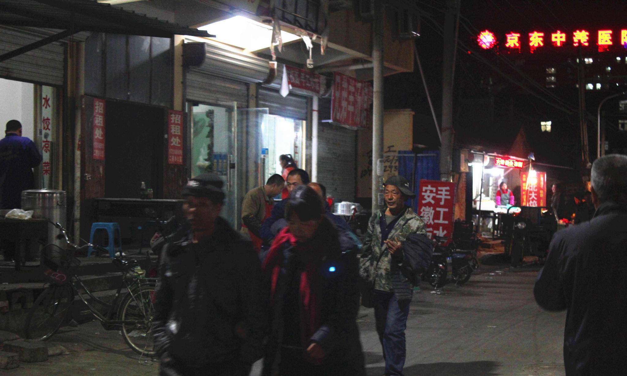 北漂农民工夜晚燕郊生活 床铺十块钱一晚