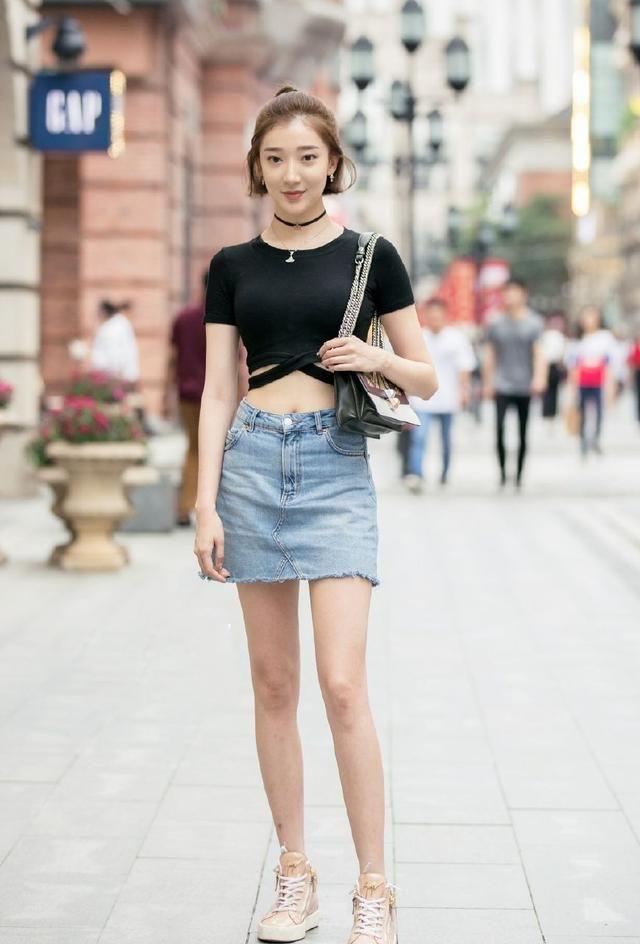 街拍:图8美女一身花白色吊带装,喇叭长裤,更显时尚潮流!