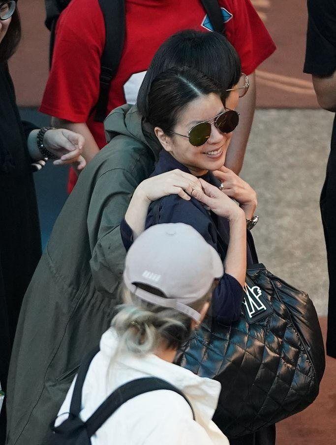 台女星许茹芸与韩国老公现身机场 一路同行秒变幸福小女人