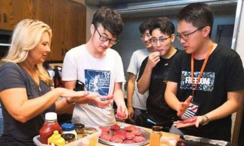 中国留学生在宿舍砸锅,装盘后遭美国学生疯抢,场面顿时失去控制