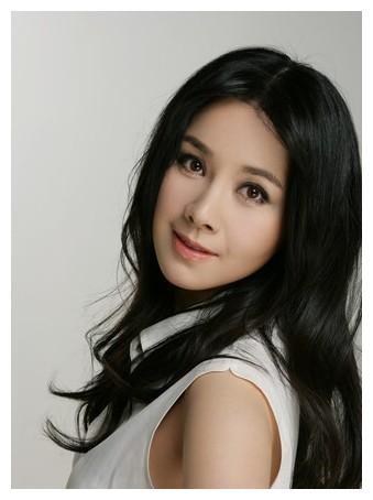 """43岁""""影后""""何琳,低调嫁给导演育有一女,婆婆是老艺术家吕中"""