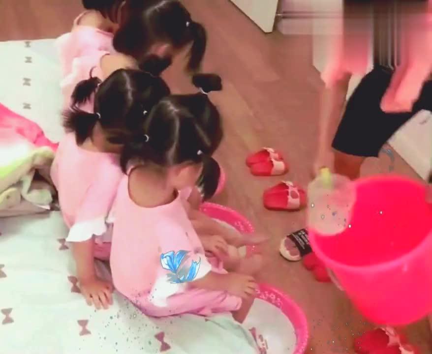 爸爸给四胞胎姐妹花洗脚,洗完后刚哄到床上,转身全跑了!