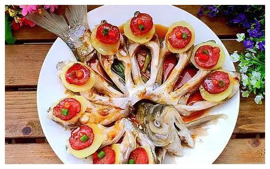 吃鱼的时候,鱼鳞不要扔,可以这样做,味道可绝了!