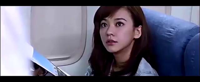 美女失恋坐飞机离开,却不知男友是机长,接下来的一幕令人感动