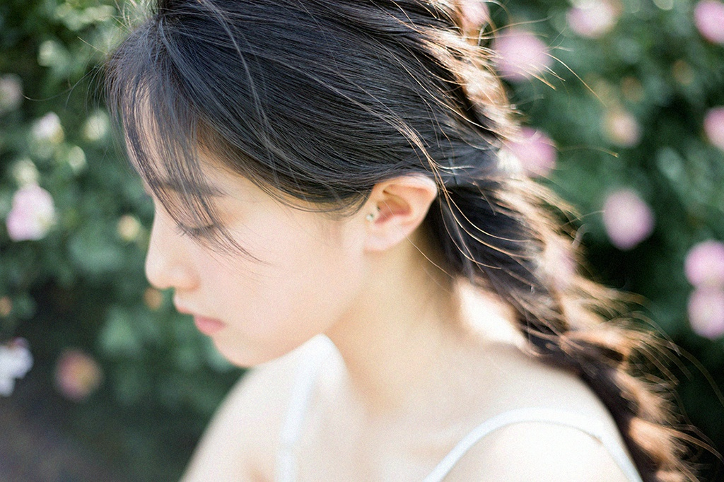清纯干净美女白色吊带裙秀香肩