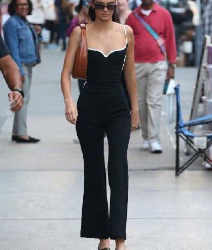 超模肯豆最新街拍,西装裙勾勒姣好身材,蛮腰细腿百分百回头率