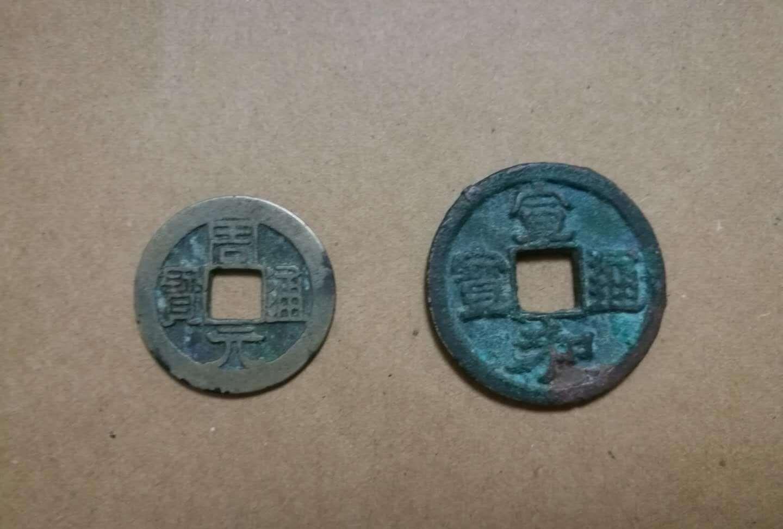 朋友要用一张纪念钞换我的两枚古币,不知道能不能换
