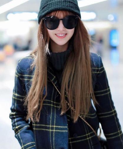 26岁的昆凌很有气质,黑色格纹大衣内搭毛衣,齐刘海更显可爱