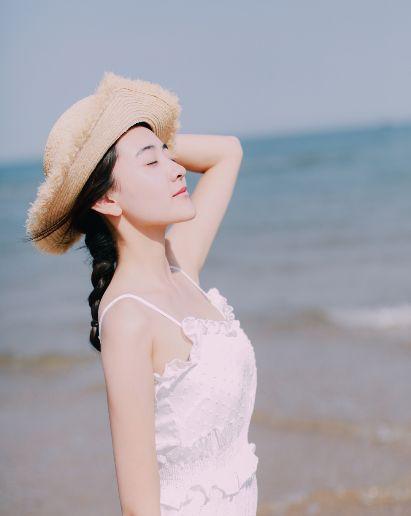 梁洁:一袭白色长裙优雅动人,仙气十足,真像是仙女一样美!