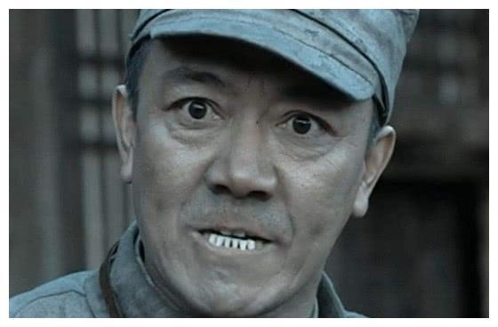 李连杰穿军装帅气,吴京穿军装经典,却都输给了14年前的他