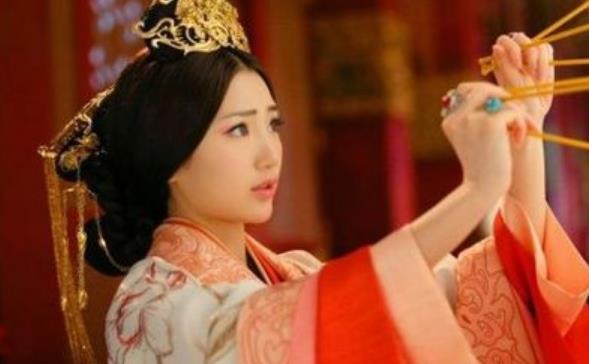 她6岁被逼入宫当皇后,15岁当太皇太后,克死皇帝守寡37年