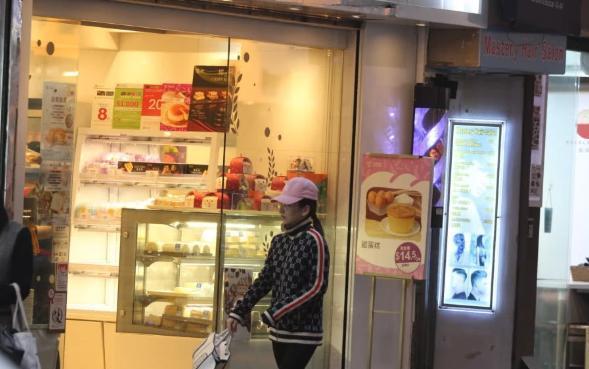天王嫂方媛懒理百万奖金生子传闻,穿一身名牌独自逛街买奶茶!