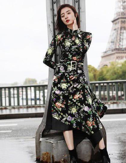 胡冰卿巴黎玩街拍,一袭旗袍裙美得明艳又娇俏,尽显东方古典美