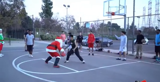 圣诞老爷爷打篮球,篮球迷一看这动作,教授别装了,就是你