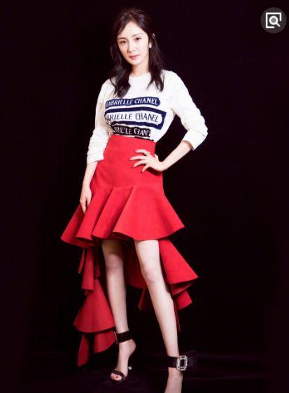 """同穿红裙,杨幂仅靠一双""""手表鞋""""力压郁可唯,不愧是时尚女王!"""