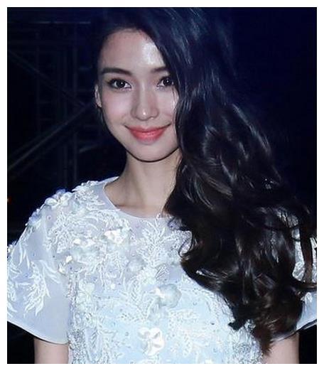 26岁李沁和28岁杨颖同穿白裙,仅仅相差两岁气质差别却相当大