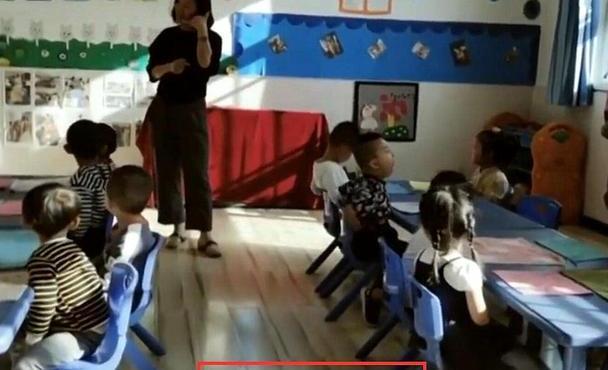 幼儿园第一天,教室里孩子们哭成一片,老师一招全搞定了
