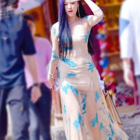 街拍美图:身材高挑的小姐姐,穿搭肤色长裙,一道靓丽的风景线!