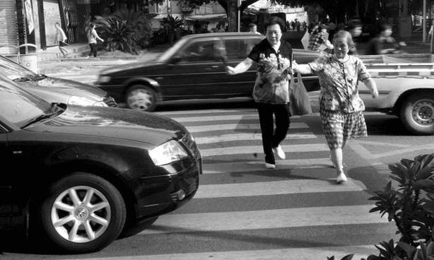 """""""车让人""""或将废止?人行道上多一操作,违反规定者扣三分"""