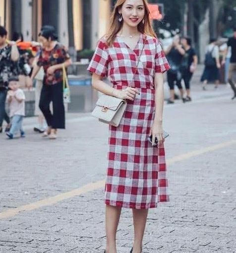 街拍:亭亭玉立的美女,一条红色格子连衣裙,时尚清新女人味