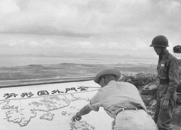 老照片:国军撤兵退守岛上,图2女兵抓紧训练,图4画像下炸出窟窿