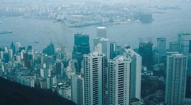 八十年代的香港,高楼大厦鳞次栉比,往来航船川流不息