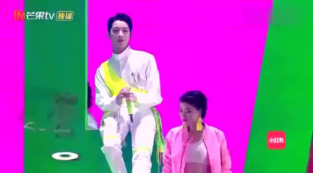 赖冠霖新歌《讯号》首秀唱跳舞台太炫酷了