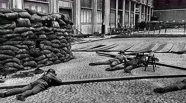 淞沪会战中的强悍小队,400余人抗击鬼子4天4夜,图3是废墟阵地
