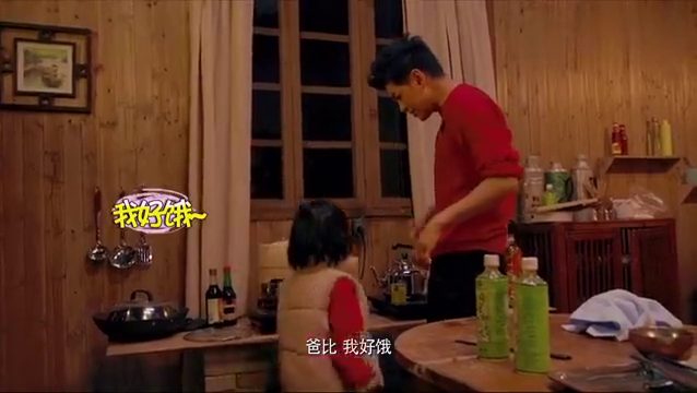 Kimi忍不住饿偷吃叉烧包,林志颖温柔帮儿子吃好温馨!