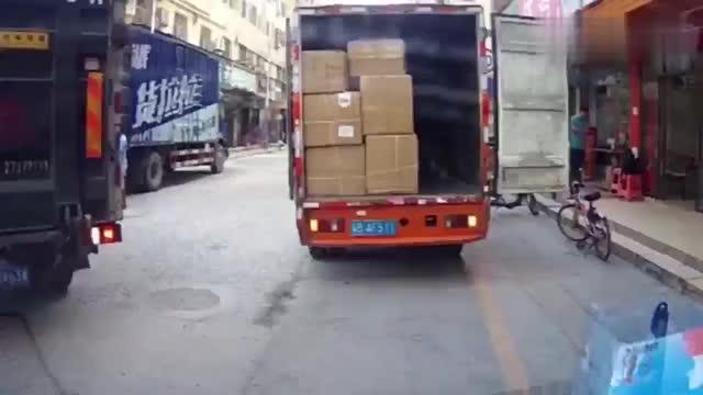 车祸现场黑色货车倒车不注意撞上路边汽车这驾照是咋考的