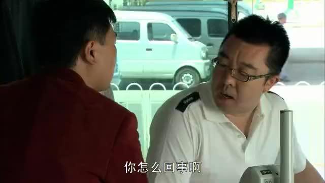 农村小伙坐公交不给钱,结果赊账不成,直接被众人赶下车!