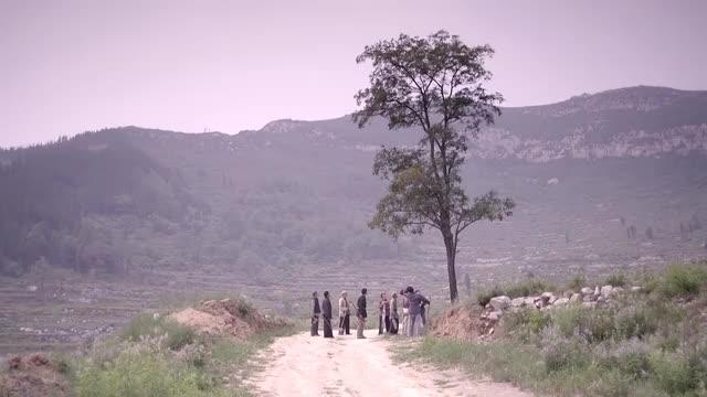 老农民老干棒为了保住树头上顶着铁锅要与树共存亡