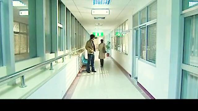 影视:小伙神出鬼没,抢了嫌疑犯打晕护士,耍得警察团团转!