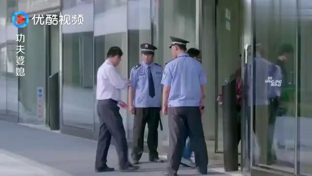 女快递员溜滑板送快递,一群保安在后面追,快要笑喷了!